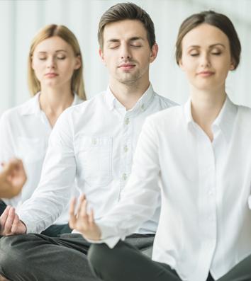 Op fysiek vlak helpt office yoga om vastzittende schouders en nek te ontspannen, de negatieve effecten van het zitten op de onderrug te verlichten, en om energie door het lichaam te laten stromen.