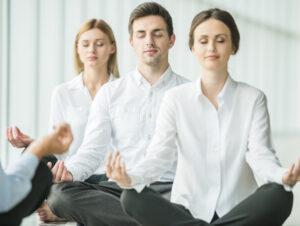 Office yoga kan een groot verschil maken voor het welzijn van werknemers.