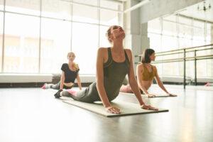 Dit is een classieke Hatha yoga les, met pranayamas (ademhalingsoefeningen) en elementen van Vinyasa en Yin yoga, waarmee je ook kracht en flexibiliteit opbouwt.